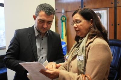 A bióloga Marta Labres da FEPAM mostra ao deputado Edegar Pretto Portaria da Fundação que normatiza as exigências na armazenagem. O deputado do PT-RS pediu vistas ao projeto de lei na última reunião da CCJ no dia 14/05 e afirmou que a bancada do partido está mobilizada para barrá-lo